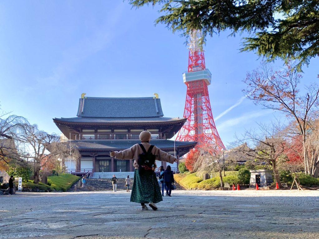 東京タワーの前